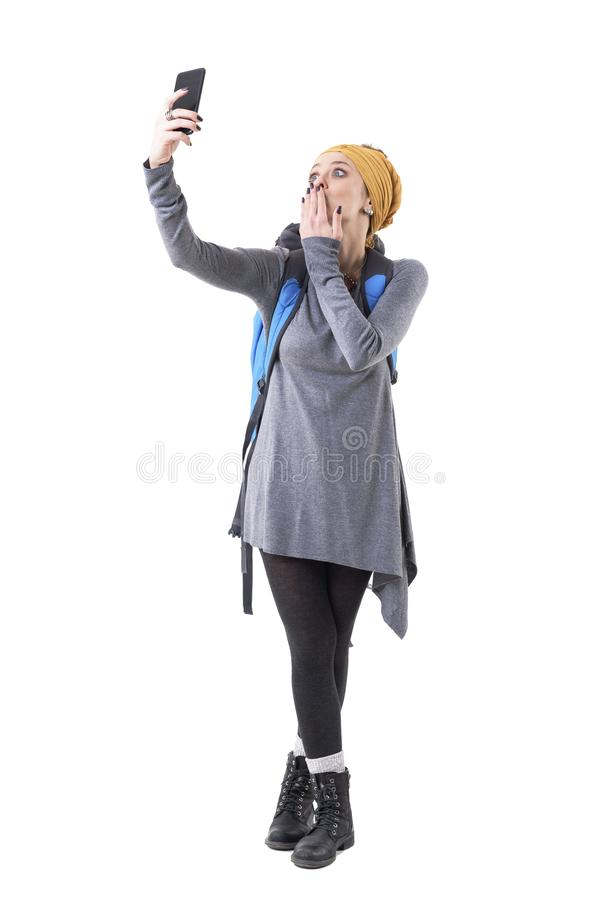 Z podnieceniem lub szokująca turystyczna kobieta przyjeżdżał przy miejsce przeznaczenia bierze selfie i wysyła buziaki obrazy stock
