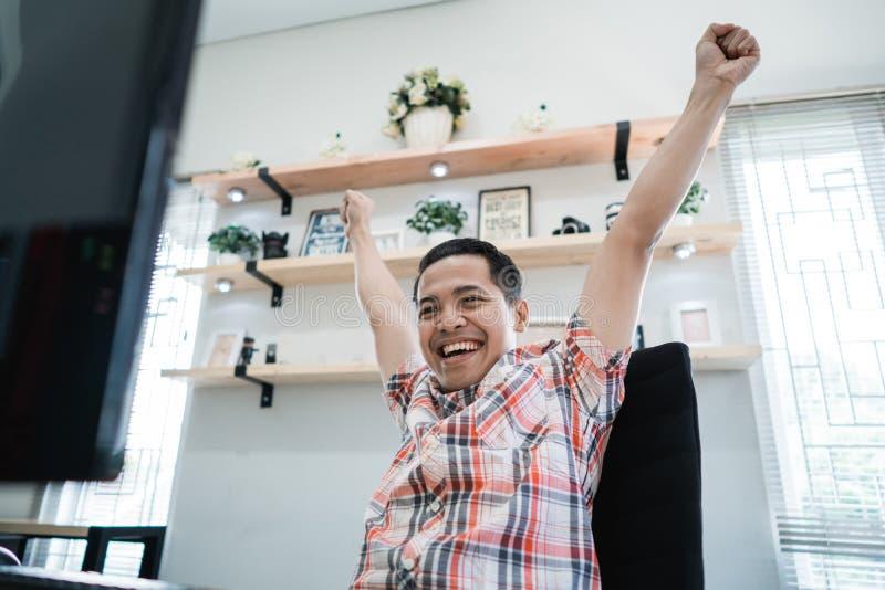 Z podnieceniem mężczyzna szczęśliwy o wygraniu fotografia royalty free