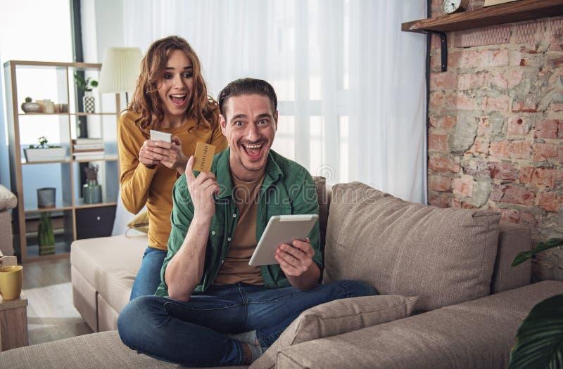 Z podnieceniem mąż i żona robi online zakupy obrazy royalty free