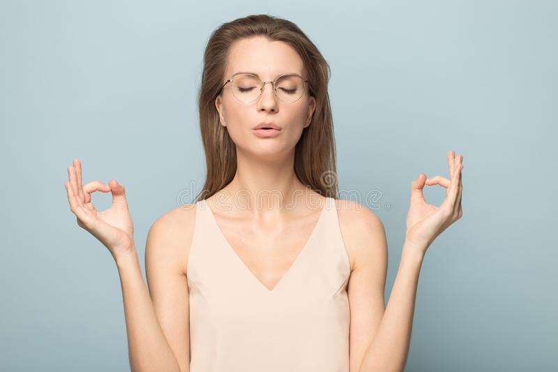 Z podnieceniem m?oda kobieta w szk?ach czuje euforyka w studiu zdjęcie royalty free