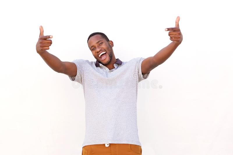 Z podnieceniem młody afrykański mężczyzna wskazuje palce zdjęcia stock