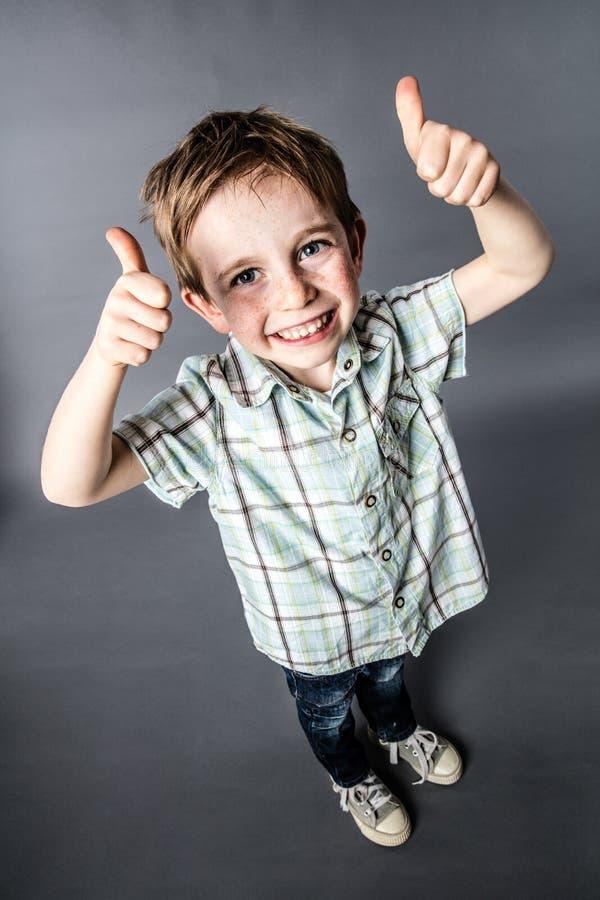 Z podnieceniem mały czerwony włosiany dziecko z piegami liczy jeden lub mówi OK obrazy royalty free