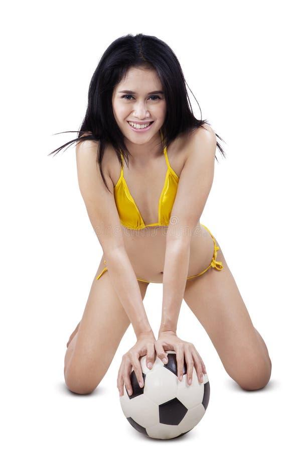 Z podnieceniem model w swimsuit z piłką zdjęcia royalty free