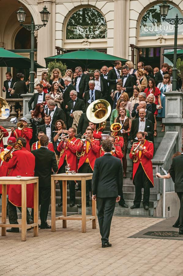 Z podnieceniem muzykalny zespół bawić się w plenerowym lajkoniku z chmurnym niebem przy Amsterdam zdjęcie royalty free