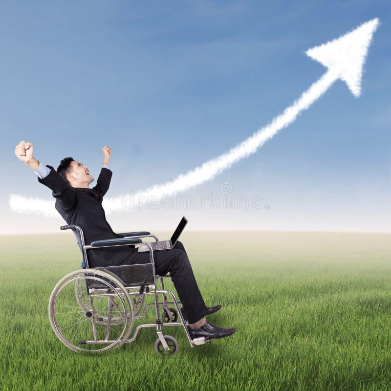 Z podnieceniem niepełnosprawny biznesmen świętuje jego zwycięstwo fotografia stock