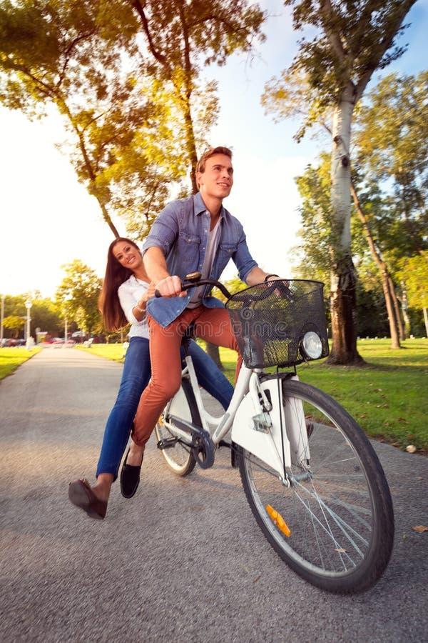 Z podnieceniem para Cieszy się Rowerową przejażdżkę obrazy royalty free