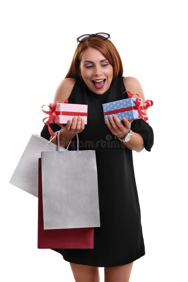 Z podnieceniem piękna młoda kobieta z torbami na zakupy i teraźniejszość zdjęcie stock