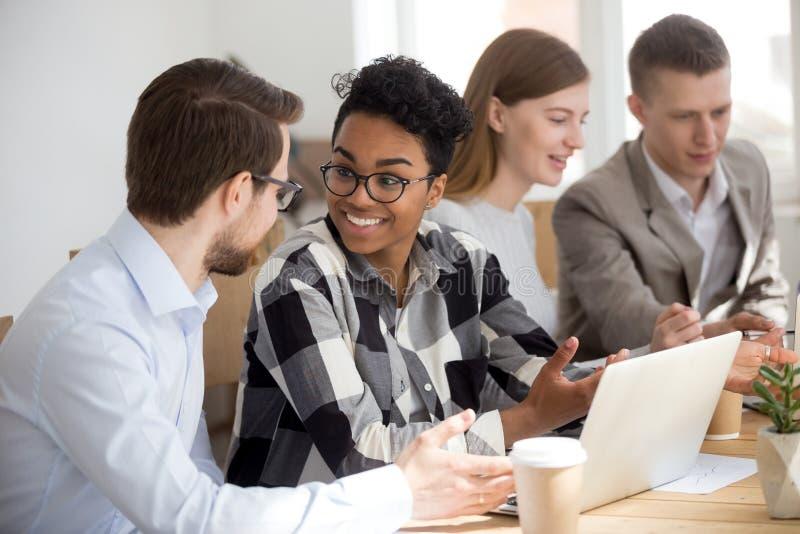 Z podnieceniem różnorodni ludzie opowiadają przy przypadkowym biurowym spotkaniem zdjęcia stock