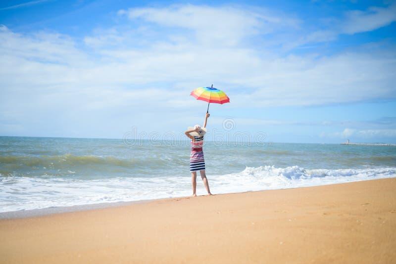 Z podnieceniem romantyczna kobieta ma zabawę na plażowym spacerze na pogodnym outdoors tle obraz stock
