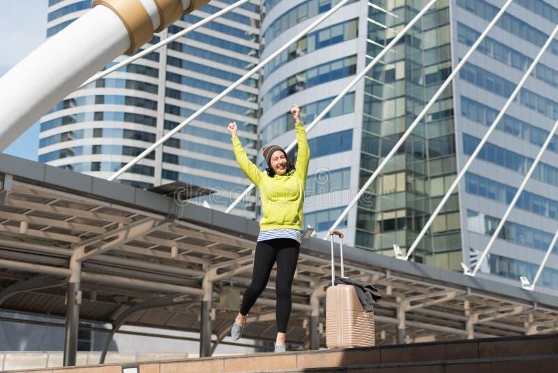 Z podnieceniem Rosyjska piękna kobieta skacze podnoszący jej ręki z lugga zdjęcie royalty free