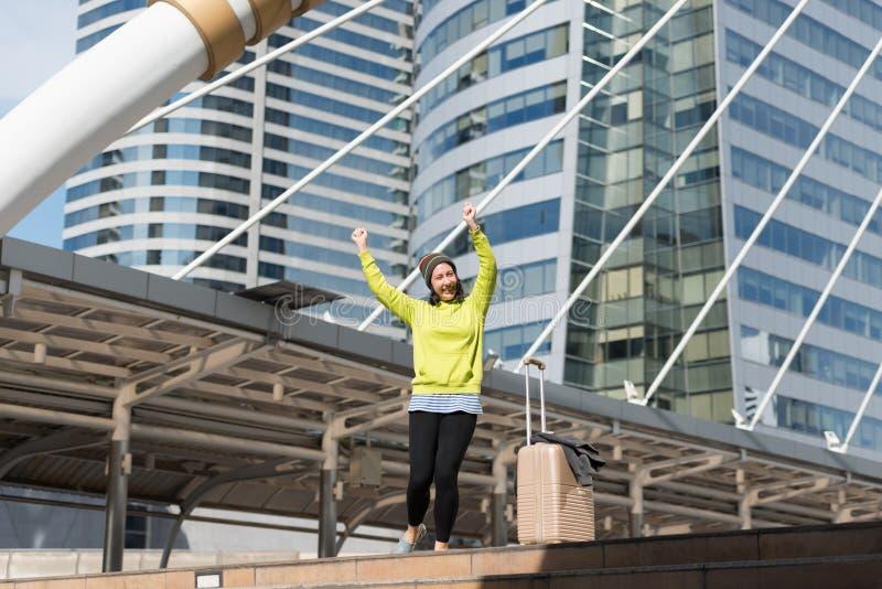 Z podnieceniem Rosyjska piękna kobieta skacze podnoszący jej ręki z lugga zdjęcia royalty free