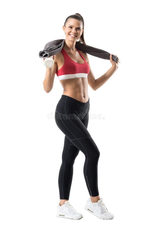 Z podnieceniem rozochocona zdrowa aktywna kobieta w sportswear z ręcznikowym uśmiechem i spojrzeniami przy kamerą zdjęcia stock