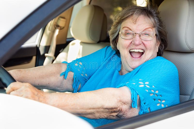 Z podnieceniem Starsza kobieta Jedzie Nowego samochód obrazy royalty free