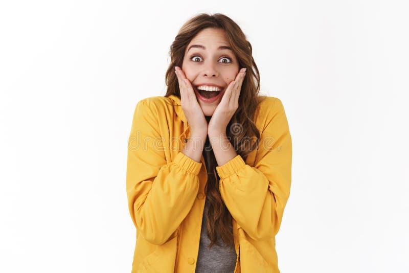 Z podnieceniem szczęsliwa kobieta otrzymywa unbeliavable wspaniali teraźniejsi policzki zaskakuję dotyka otwartego usta szeroki i zdjęcie stock