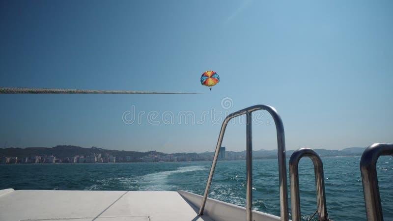 Z podnieceniem turysty parasailing wysoki w niebie, krańcowy sport obrazy stock