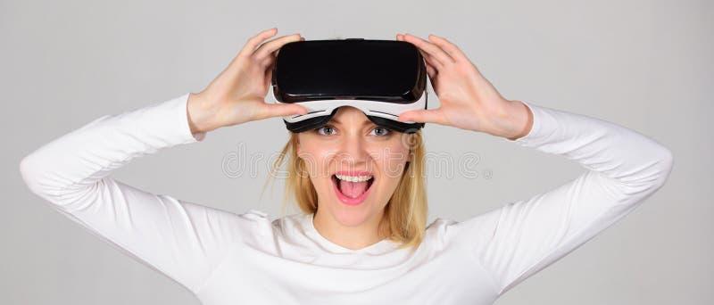 Z podnieceniem uśmiechnięty bizneswoman jest ubranym rzeczywistość wirtualna szkła Młoda kobieta używa rzeczywistości wirtualnej  fotografia stock