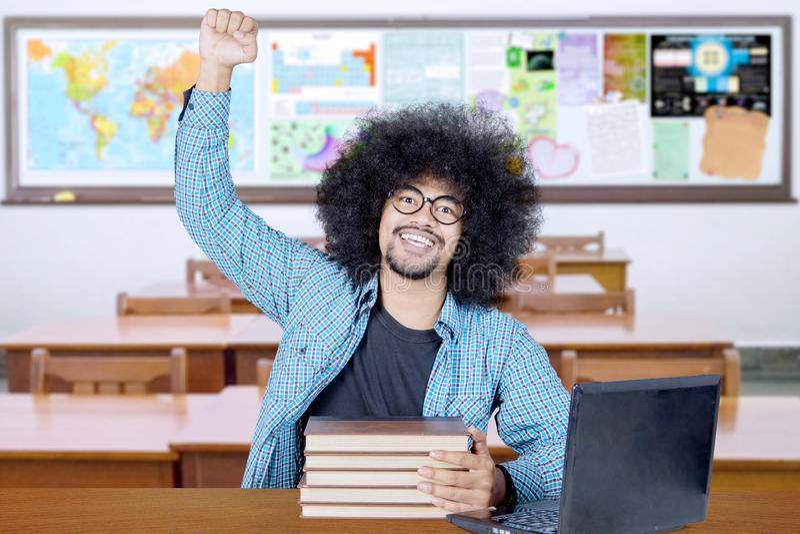 Z podnieceniem uczeń świętuje sukces w sali lekcyjnej fotografia stock