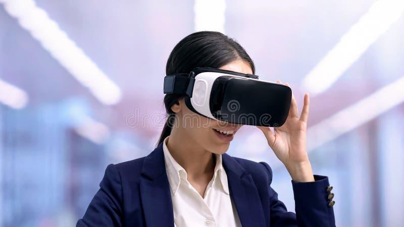 Z podnieceniem urzędnik jest ubranym rzeczywistości wirtualnej słuchawki, przyszłościowa innowacja, gadżet obrazy stock