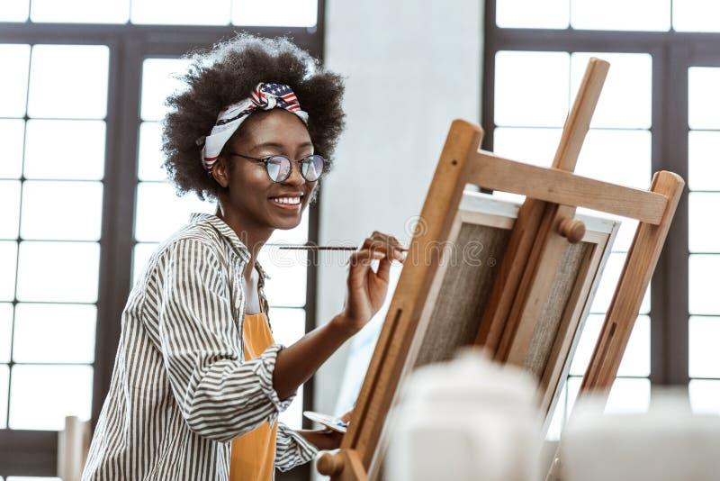 Z podnieceniem utalentowany sztuka uczeń pracuje na jej egzamin pracie obraz stock