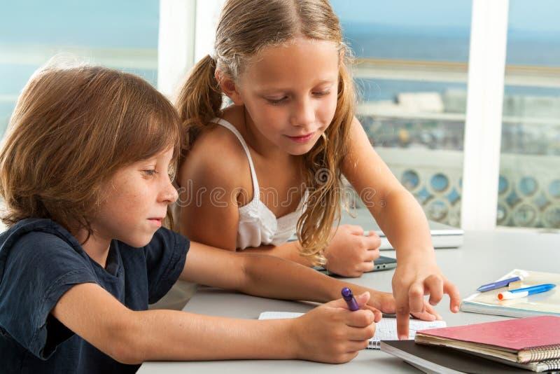 Z pracą domową pomaga dziewczyny chłopiec. fotografia royalty free