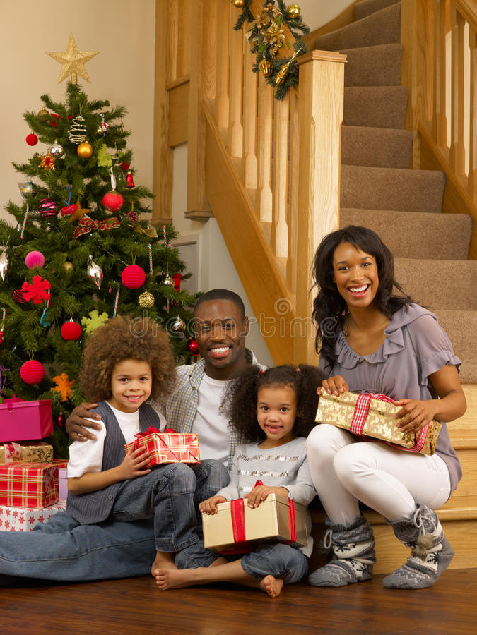 Z prezentami Amerykanin Afrykańskiego Pochodzenia młoda rodzina zdjęcie stock