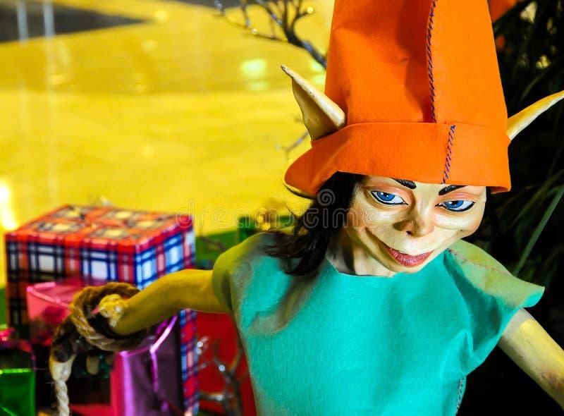 Z prezentami bożenarodzeniowy elf zdjęcia stock