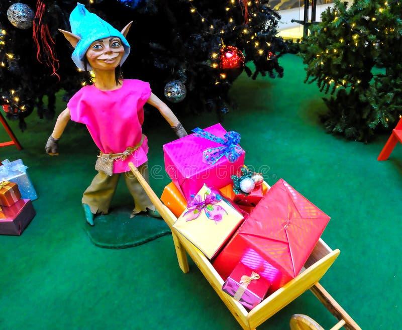 Z prezentami bożenarodzeniowy elf obraz stock