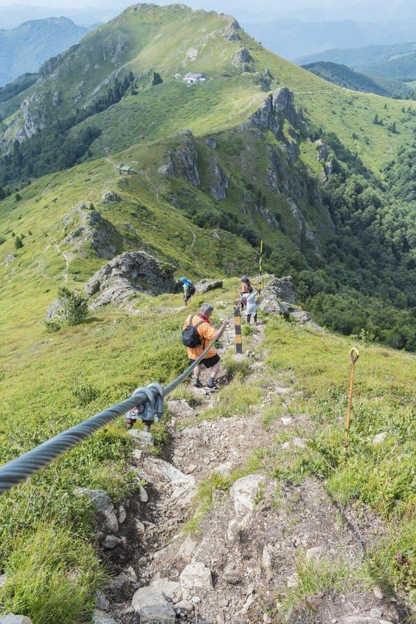 Z przyjaciółmi w górach Nieprawdopodobny widok Troyan Bałkański Góra zniewala z swój pięknem, świeże powietrze zdjęcia royalty free