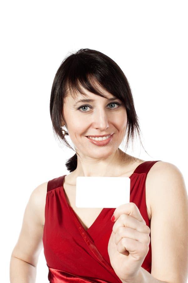 Z pustą wizytówką rozochocona uśmiechnięta kobieta obrazy stock