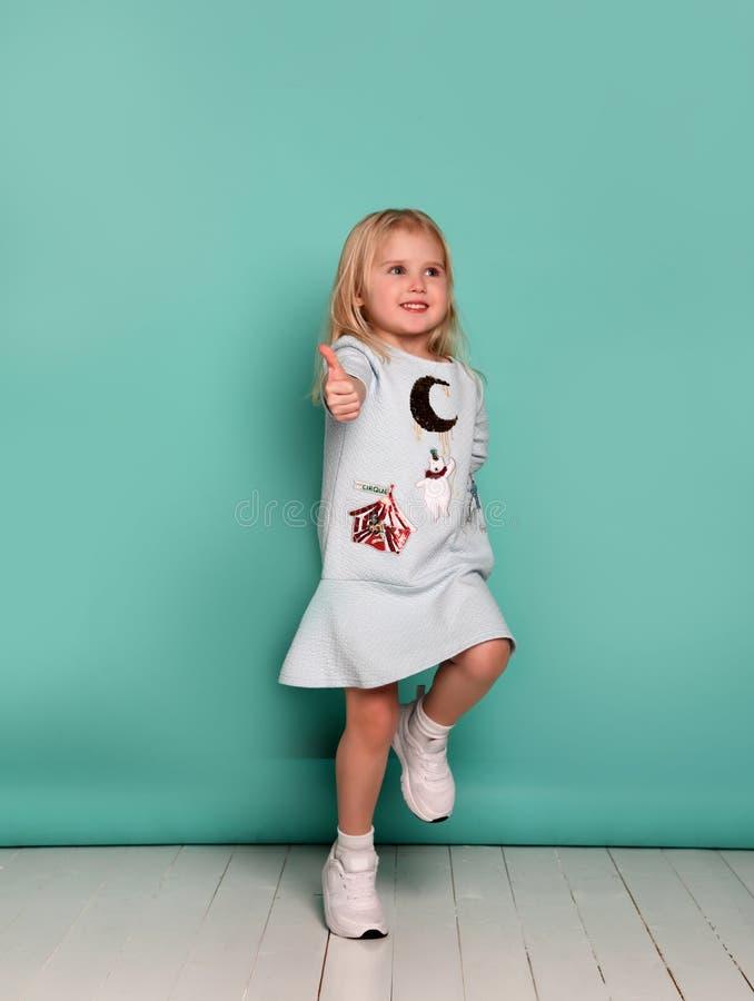 Z ręk aprobatami dziecko szczęśliwa dziewczyna obraz royalty free