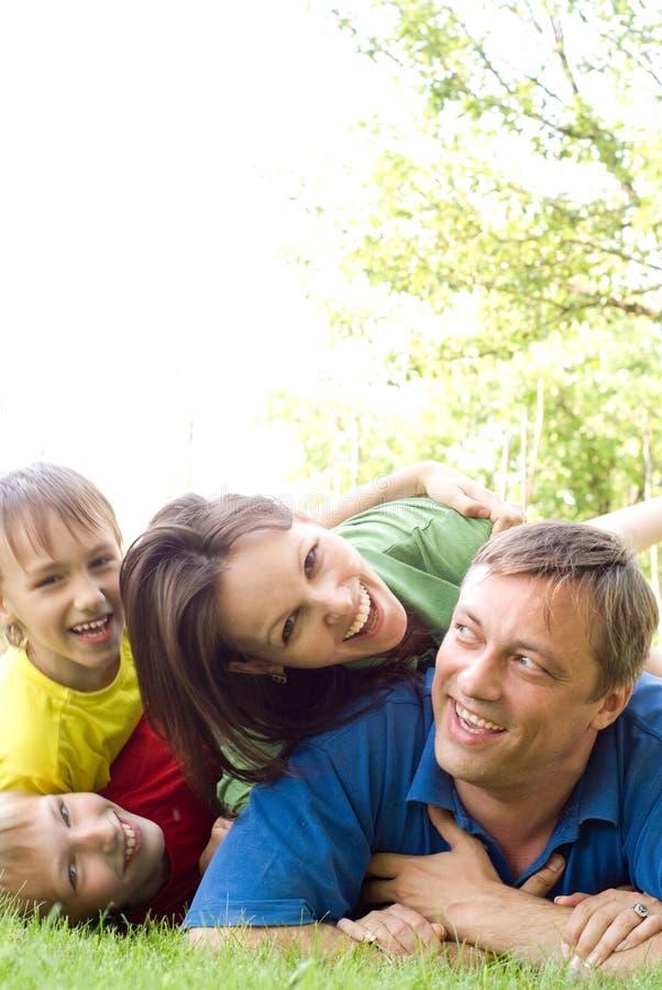 Z rodziną szczęśliwe chłopiec obrazy royalty free