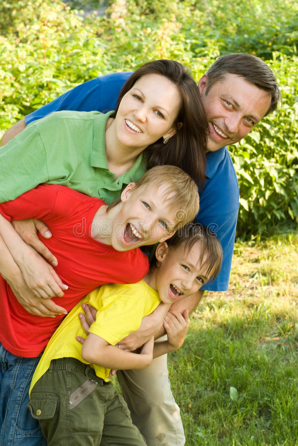 Z rodziną szczęśliwe chłopiec obraz stock