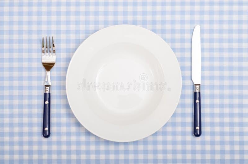 Z rozwidleniem, nóż i talerz zakrywaliśmy obiadowego stół obrazy royalty free