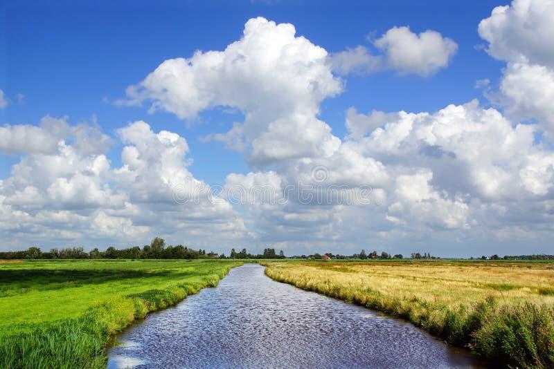Z rzeką malowniczy wiejski krajobraz. zdjęcia stock