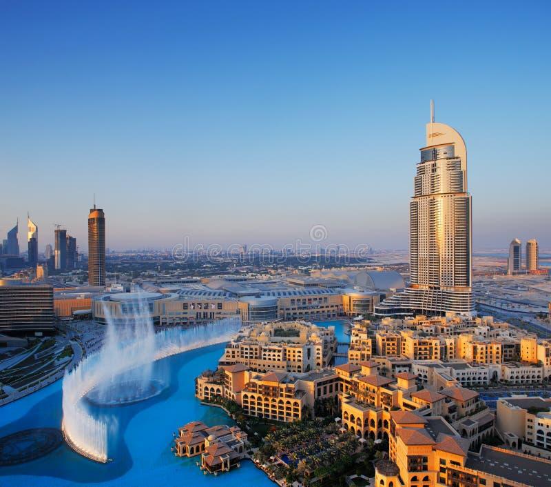Z sławną dancingową wodną fontanną w centrum Dubaj fotografia royalty free