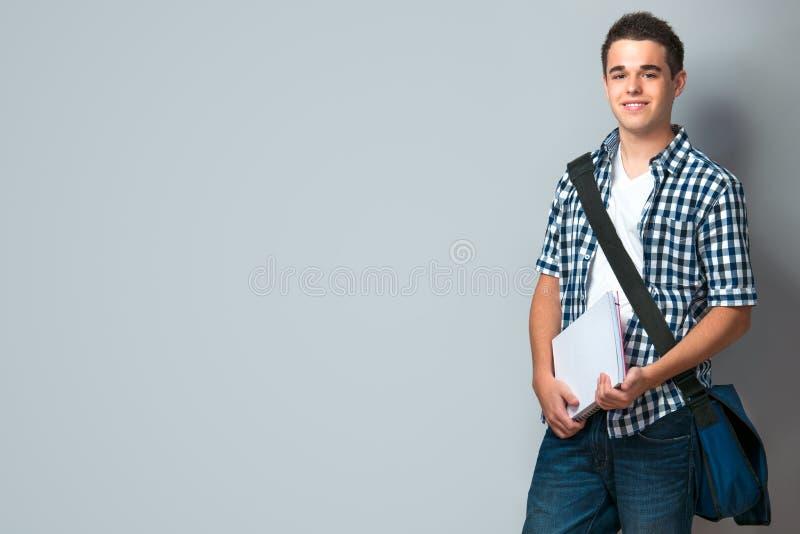Z schoolbag uśmiechnięty nastolatek