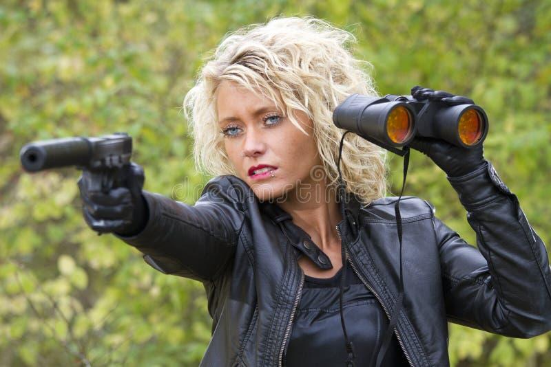 Z silencer pistoletem niebezpieczna kobieta obrazy stock