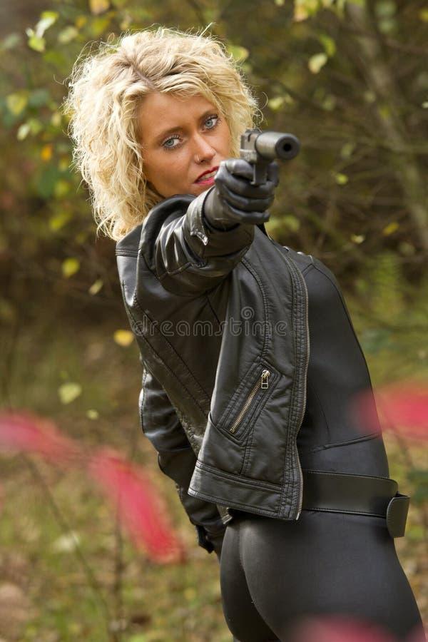 Z silencer pistoletem seksowna Kobieta fotografia stock