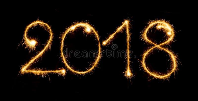 2018 z sparklers na czarnym tle fotografia stock