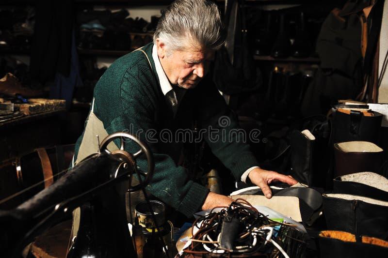 Z starą maszyną mężczyzna starszy działanie zdjęcia stock