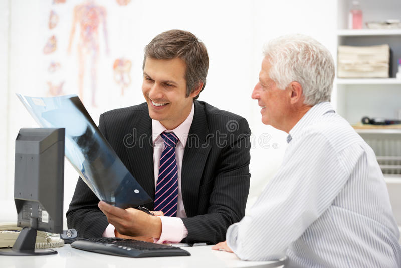 Z starszym pacjentem samiec lekarka obrazy royalty free