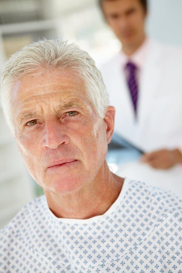 Z starszym pacjentem samiec młoda lekarka fotografia royalty free
