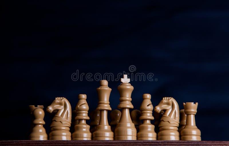 Z szachowymi kawałkami szachy deska Szachy na ciemnym tle biznesowego pojęcia odosobniony sukcesu biel strategia checkmate obrazy royalty free