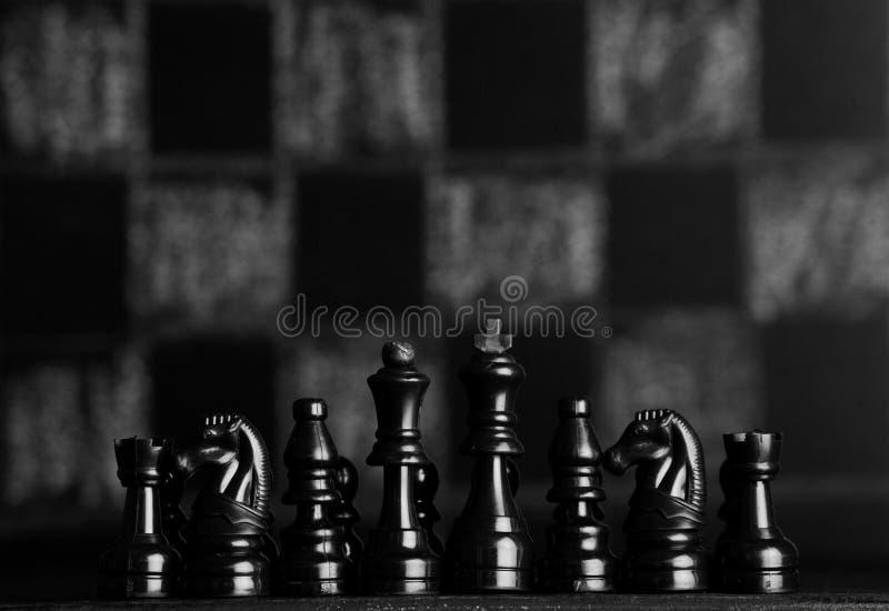 Z szachowymi kawałkami szachy deska Szachy na ciemnym tle biznesowego pojęcia odosobniony sukcesu biel strategia checkmate fotografia royalty free