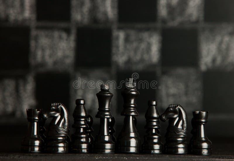 Z szachowymi kawałkami szachy deska Szachy na ciemnym tle biznesowego pojęcia odosobniony sukcesu biel strategia checkmate zdjęcie royalty free