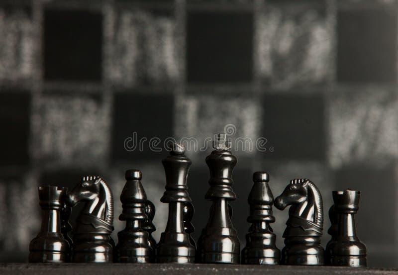 Z szachowymi kawałkami szachy deska Szachy na ciemnym tle biznesowego pojęcia odosobniony sukcesu biel strategia checkmate zdjęcia royalty free