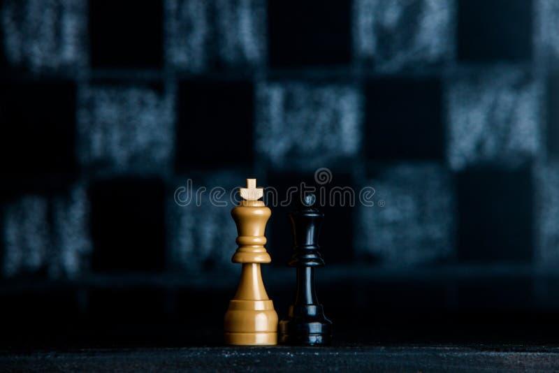 Z szachowymi kawałkami szachy deska Szachy na ciemnym tle biznesowego pojęcia odosobniony sukcesu biel strategia checkmate obrazy stock