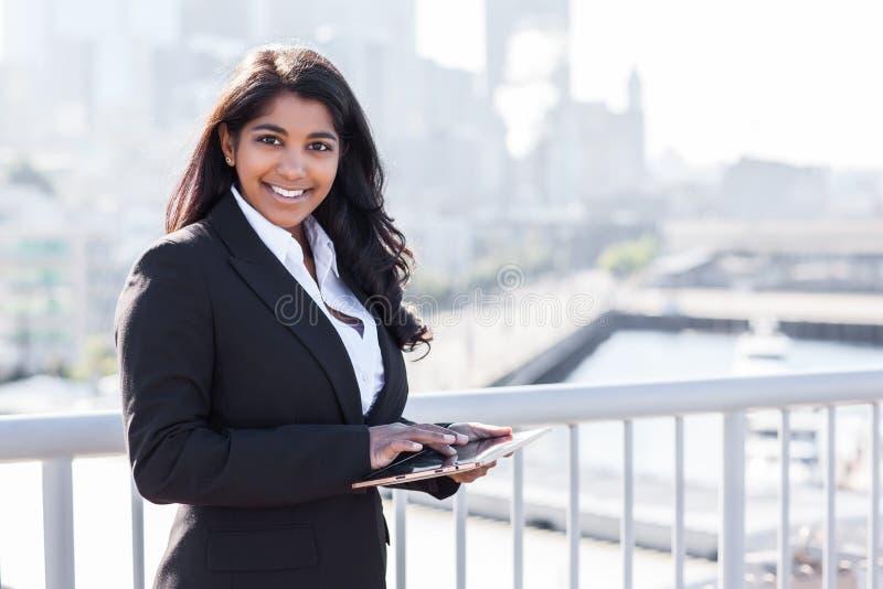 Z tahlet PECETEM indiański bizneswoman fotografia royalty free