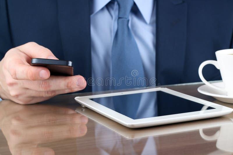 Z telefon komórkowy biznesmena młody działanie Cyfrowej pastylka i fotografia stock