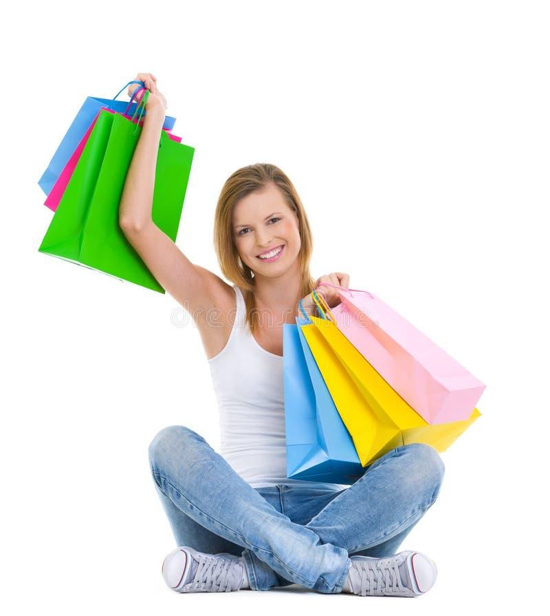 Z torba na zakupy nastoletniej dziewczyny szczęśliwy obsiadanie obraz stock